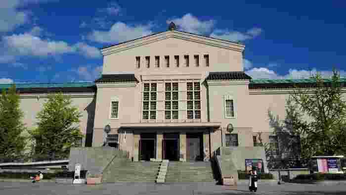 JR天王寺駅のすぐ南に、豊かに緑を携えた広大な公園があります。天王寺動物園や茶臼山(ちゃうすやま)古墳なども抱き込んだその公園のほぼ中央に座しているのが『大阪市立美術館』です。
