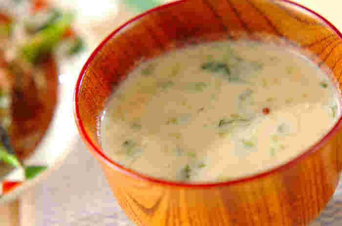 お豆腐と出し汁、味噌をかくはんしてつくる、体に優しいお味噌汁レシピ。外食などが続いて、胃に優しいお料理が食べたくなったときにおすすめです。冷蔵庫にある残りもの野菜を活用すれば、さらに栄養価がアップします。