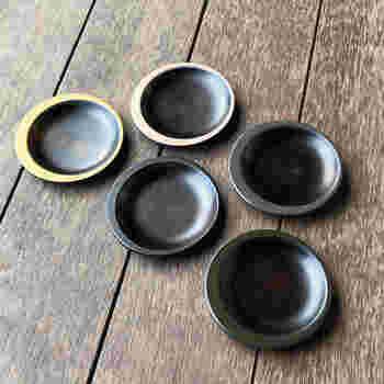 天然木に漆塗り。カーキ・マスタード・ベージュなどアースカラーで縁取りした贅沢な豆皿です。伝統的でありながら、モダン。おもてなしや特別なときに使いたい、極上の豆皿です。