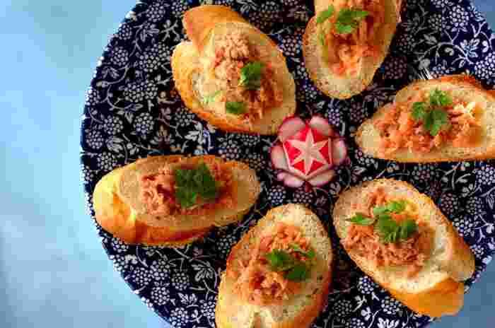 ツナと明太子を混ぜてバゲットに乗せるだけの簡単レシピ。セルフィーユで緑をプラスして、オシャレなお皿に盛り付け♪