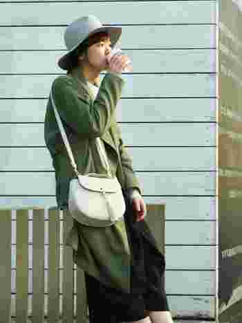 秋の旅行で帽子を被るならフェルトハットかベレー帽がいいでしょう。