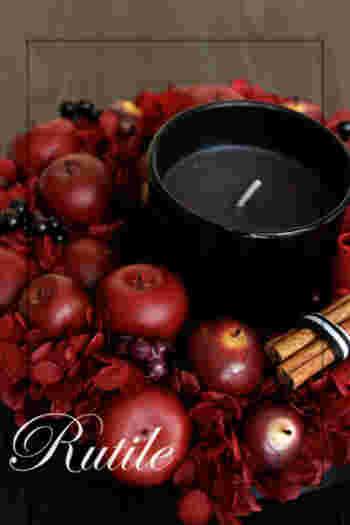 こちらはフェイクのリンゴとベリーを使ったキャンドルリースです。シナモンスティックも添えられているので、ふんわりいい香りが漂います。秋にはこんな深みのある赤がよく似合いますね。