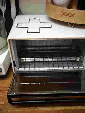 オーブントースターにはセスキと重曹が大活躍!網やトレーは外してセスキに漬け置き。庫内はセスキスプレーを振ってしばらく置いてから拭き取ります。焦げつきには、重曹ペーストを塗ってラップをし、数時間置いた後こそげ落とします。