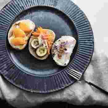 お洒落なラインが入ったリムが美しいプレートはアンティーク風に見えます。中央にのせた食材を強調することができるので、少しの食材をアレンジしたいときに便利です。