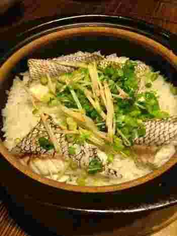 土鍋で炊く鯛めしは、見た目も華やか。ホームパーティなどおもてなしにもおすすめです。作る時のポイントは鯛の皮目をバーナーなどでしっかり焼くこと。香ばしさもUPして、食欲をそそる逸品に。