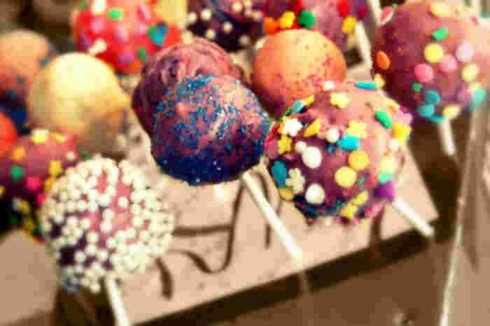 あなたのセンスでさまざまに楽しめるケーキポップ。  さっそく誰かのために、つくってみませんか?