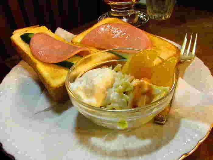 昔から変わらない、ハムときゅうりが乗ったトーストはシンプルな素材でほっとする一品です。