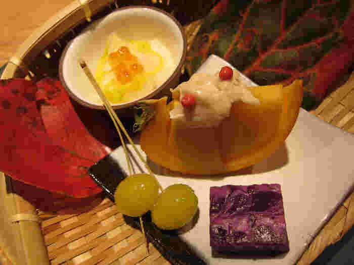 コースメニューは毎月変わり、季節感のある盛り付けがなされます。もちろん、食材も旬のもの。こちらは11月の八寸で、菊の花、銀杏、紫芋、柿などが使われています。