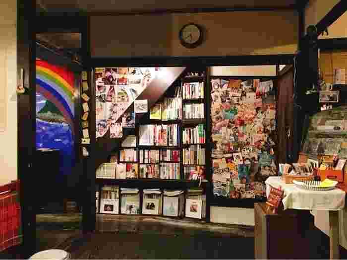 店内には、小説や漫画・映画雑誌など2000冊以上の本が並んでいます。お気に入りの本を片手に、美味しいスイーツを食べながら読書を楽しみましょう。