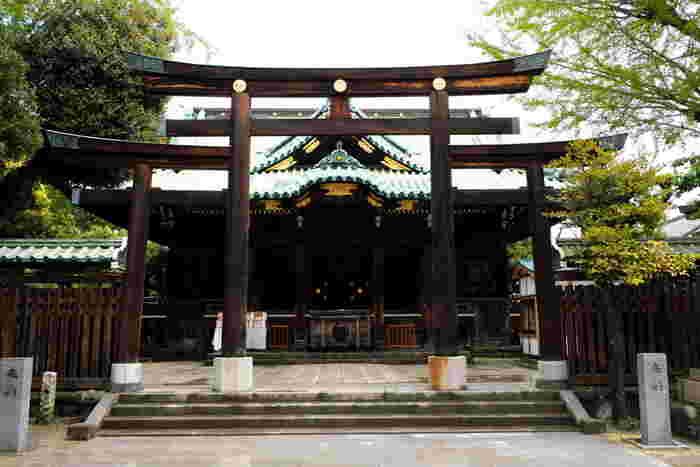 牛嶋神社の特徴のひとつが「三ツ鳥居」です。よく見ると、手前から鳥居が3つあることにお気づきでしょうか?これは全国的とても珍しく、三柱の御祭神にちなんで鳥居が3つという説もありますが、詳細は謎なんだとか。そして、社殿は総檜権現造。その大きさや彫刻の豪華さは都内屈指です。
