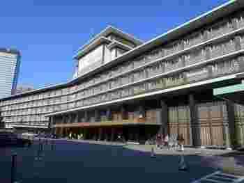 ホテルオークラは帝国ホテル会長経験もあった大倉喜七郎が「帝国ホテルを超えるホスピタリティのホテルを」という目標を掲げて1962年に創立。東京メトロ神谷町駅 または南北線の六本木一丁目駅が最寄駅となります。虎ノ門ヒルズも程近い、最近、再開発で注目を集めるエリアに位置しています。