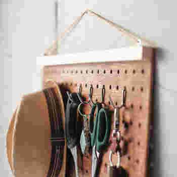 必要な時にサッと物が取りやすい「吊るす収納」。フックを組み合わせれば、実用的&オシャレな収納が簡単に作れちゃいます♪