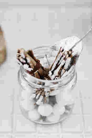 空き瓶に小枝やシルバーのリーフを詰めた簡単DIY。綿球も一緒に詰めると、雪のようで冬の儚さを感じられますね。ホワイトクリスマス気分を盛り上げてくれそうなオブジェです。