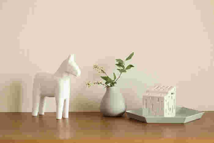 スウェーデン・ダーラナ地方の伝統工芸品である「ダーラナホース」は、スウェーデン土産の定番品でもあります。幸運を運んでくれる馬とも呼ばれていて、ギフトとしても人気の高いインテリア雑貨です。  ダーラナホースは赤や青などのカラフルなカラーが一般的ですが、こちらはあえてシンプルに白く塗装したアイテム。北欧インテリアに馴染みやすくそのシンプルさに癒されると人気が高まっています。