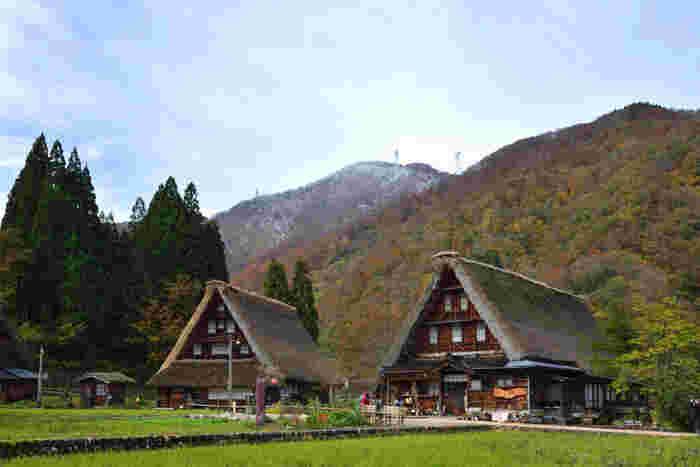 11月の《菅沼合掌造り集落》。遠くの山々はうっすらと雪化粧をしはじめる季節ですね。