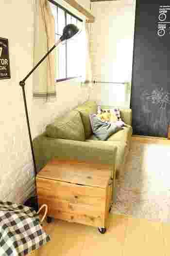 ソファのわきに置いておけば、サイドテーブル代わりにもなります。まさかこの中に絵本が収納されているとはだれも想像がつきませんね。