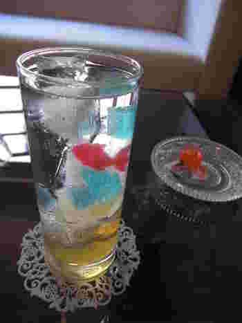 琥珀糖といえば「シャララ舎」といわれるほどの有名店。動物モチーフや季節限定の琥珀糖なども人気です。千葉県市川市にあり、カフェでくつろぐこともできます。写真は、金魚が泳ぐソーダ水。ネット販売もしているようなので、ぜひ入手してみてはいかが?