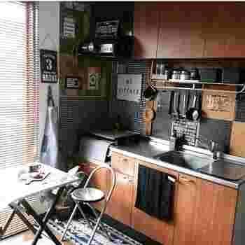 セリアのタイルシートで男前なキッチンに装飾してみました。ステッカーだから張るのも簡単&おしゃれなアイデアです。