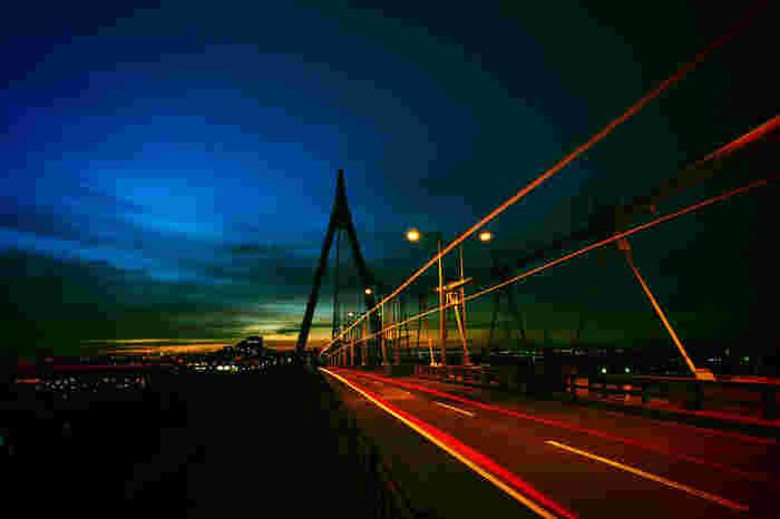 舞洲(まいしま)は、北港の一角にある人口島で、球場や多目的アリーナ、キャンプ場などの施設が集まり『舞洲緑地』となっています。北港といわれてもピンとこないかもしれませんが、舞洲から北港(此花)大橋を渡れば、目の前はUSJです。ブロンズ色の夜景がエキゾチックです。