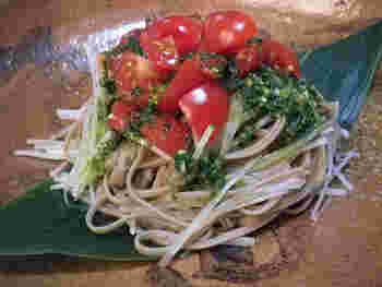 そばを茹でながら野菜を切れば、あっという間に完成するレシピ。そばとバジルは意外と相性が良く、一口食べれば「そばにこんな食べ方があったのか」という発見をした気分になるでしょう。