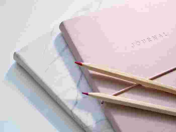 箇条書きと記号を使って、日々のタスクを管理する「バレットジャーナル」。ノートとペンがあればすぐに始められて、日付やページ数を気にすることなく、自分の好きなように書けることで人気です。 TO DOリストをはじめ、毎日の出来事やひらめいたこと、やりたいことや日々できたことなど、どんなテーマでも受け入れてくれる懐の深さが魅力。頭の中にあることを全部書き出すことで、いつもスッキリとした気持ちでいられます。