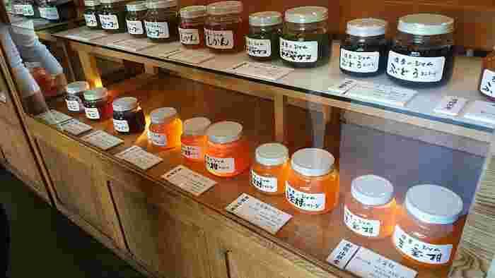 飯島商店はジャムも人気があります。四季折々の味わいが楽しめるのでお土産にもぴったり。レトロなパッケージも素朴な味わいで、なんともいえない可愛さがあります。
