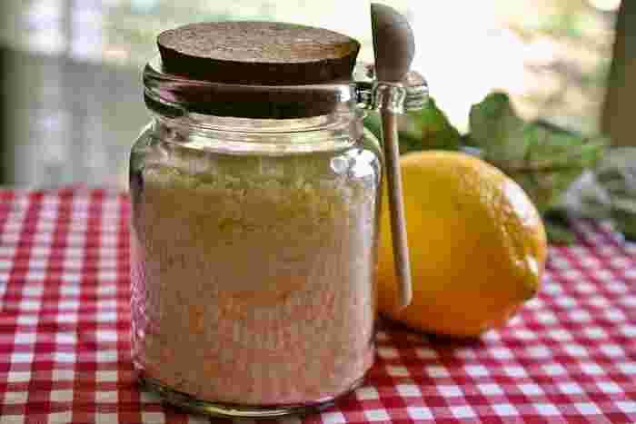 手作りスイーツやドリンク、料理へちょい足しすれば、この時季にぴったりの爽やかさをプラスすることができますよ♪基本の「レモンシュガー」の作り方やおいしいちょい足しレシピをご紹介します。