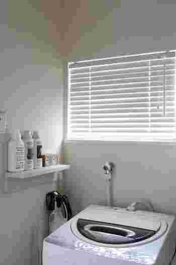 洗濯機周りは、洗濯用品などが増えてしまいがちな場所。すっきりとしたインテリアを保つためには、こちらのお宅のように小さな棚を設けて必要最低限のモノだけを置くのも良いアイデアですね。