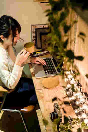 【REISM】が手がけるリノベーション賃貸には、壁一面にカスタムウォールを設置した「Rough(ラフ)」というシリーズがあります。棚の位置を自由にアレンジできるので、おしゃれな書斎を作るのも簡単。ペイントや釘打ちでさらに個性を出すことも可能です。