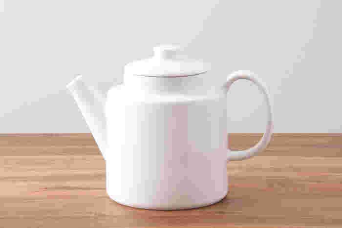 円筒形の胴部と大きな取っ手がシンプルながらかわいらしいポットです。シンプルなデザインだから、北欧系のカップとの相性もばっちりです。茶漉しは付いていないので、ティーストレーナーなどを使ってカップに注ぎ入れて下さいね。