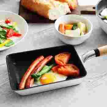 昔懐かしい雪平鍋をヒントに作られた<Snow Pan>シリーズ。雪のように白い本体と、あたたかな天然木の取っ手がおしゃれですね。ナチュラルなキッチンや北欧風のキッチンにも合う、スタイリッシュな玉子焼き器です。