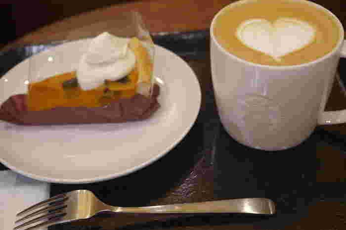 「エスプレッソ」とは、コーヒー豆のうまみを凝縮させたドリンクのこと。濃厚で、程よい苦味があるのが特徴です。このエスプレッソから派生しているのが「スターバックスラテ」「ホワイトモカ」などです。