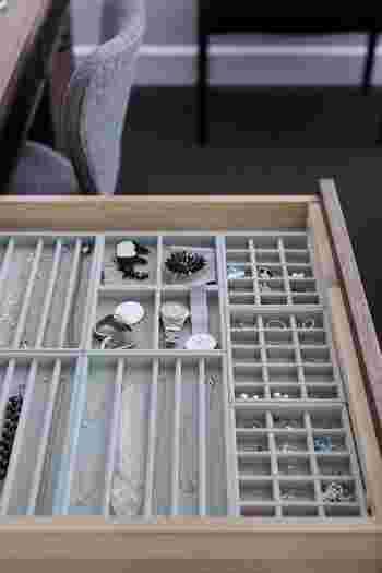 引き出しの中は、無印良品のグレーのベロア内箱仕切でまとめています。オシャレな方は見えない部分にも抜かりがありません。