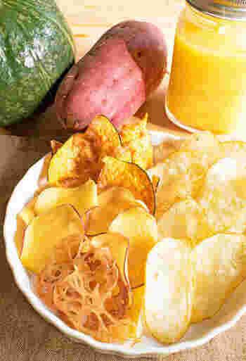 かぼちゃ、さつまいも、れんこんなどこれから旬を迎える野菜を使ったチップス。それぞれの食感や美味しさを活かすために、1種類ずつ揚げるのがポイント。最後に塩を少々ふると、野菜の甘みがより引き立ちます。