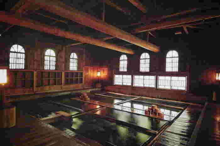 弘法大師が発見したと伝えられている「法師乃湯」。建物は明治28年に作られていて、高い天井や歴史感じる大きな梁が特徴です。脱衣所は別ですが、基本は男女混浴。混浴が苦手な方は、20時から22時までの女性限定タイムもあるのでご安心を。