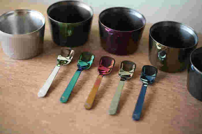 ステンレス製のアイスクリームカップとスプーンは、新潟県燕市の金属加工技術を駆使して作られてた製品。カップは二重構造でアイスは冷たく、持ち手は冷えない構造です。