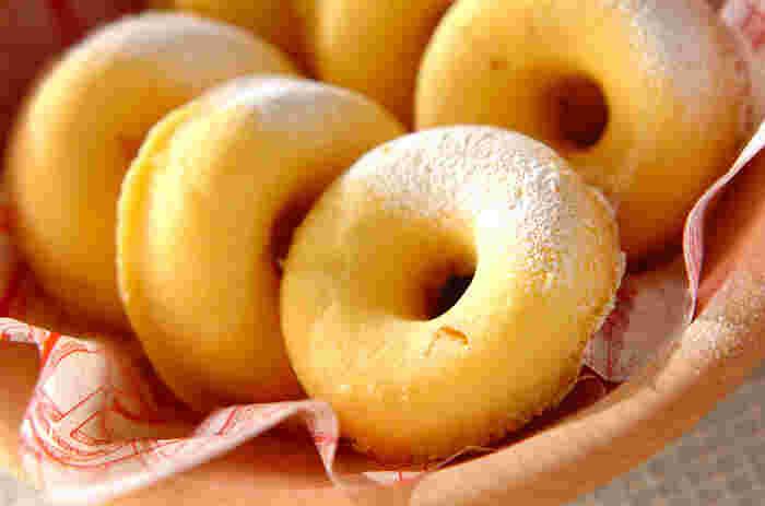 揚げずにレンジで作るヘルシーなドーナツ。白玉粉のもっちり食感がクセになります。栗の甘露煮の自然な甘さもやみつきに。