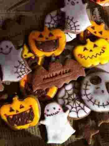 ジャック・オ・ランタンもオバケもいろんな表情があってとってもかわいいですね♪ココア生地を使った黒いクッキーに、白やオレンジのアイシングが映えますね。