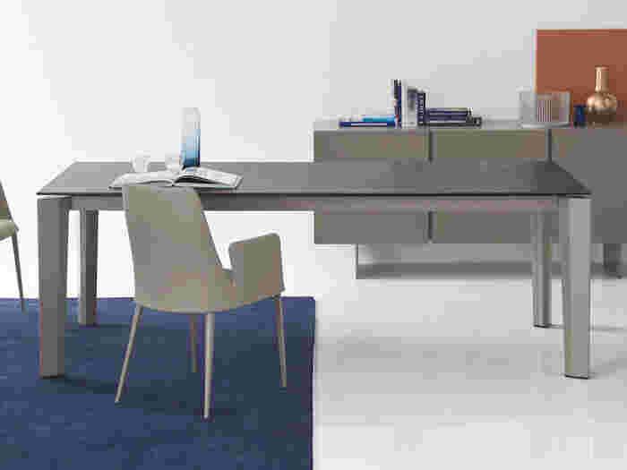 インテリアで使われる「モダン」は、シンプルな近代的スタイルを指します。無駄な要素を削ぎ落としたデザインは直線的なものが多く、使われる素材もプラスチックや金属、ガラスなど、無機質なものが中心です。