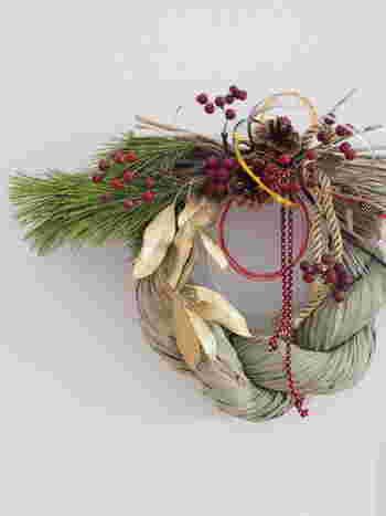 クリスマスが終わると街は一気にお正月モードに突入します。お正月飾りもスーパーやコンビニなどで気軽に購入できるようになりました。でも、どうしてお正月飾りを飾るのか、よく知らないという人も多いのではないでしょうか。お正月飾りについての豆知識を素敵な飾り方とともにご案内していきましょう。