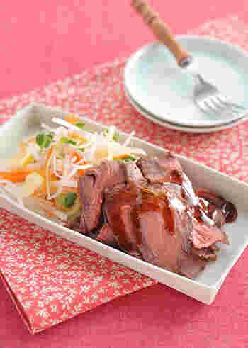 ローストビーフと聞くと洋風なイメージですが、こちらはお箸で気軽に頂ける和風のローストビーフ。醤油ベースのソースは気張っていなくてほっとするお味です。見た目も華やかなのでおもてなしレシピにももってこいですね。