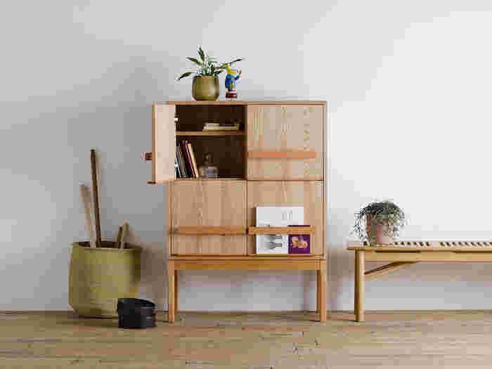 リビングボードとは、リビングに置く「収納棚」や「飾り棚」のこと。現在はブックシェルフ、TV台などもリビングボードと呼ばれています。雑貨、書類など様々なものを収納することでスッキリと片付いたお部屋に見せてくれます。また、お気に入りのアイテムのコレクションなどを綺麗にディスプレイして見せることも可能です。