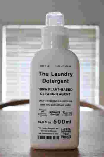 綿・麻・化繊・ウール・シルクをはじめ、ダウン素材やレインウェアなど防水透湿性素材も洗うことができます。ブロガーさんはTHE 洗濯洗剤を使い始めたことで、濃縮洗剤・ジェルボール・粉末洗剤・おしゃれ着用洗剤・柔軟剤の5つを1本にまとめることができたそうです。さらに、洗剤を水で薄めると、水回りのお掃除などに使える万能洗剤にもなります。香り成分はラベンダー精油が使われているので、洗い上がりのナチュラルで優しい香りに癒されそうですね。