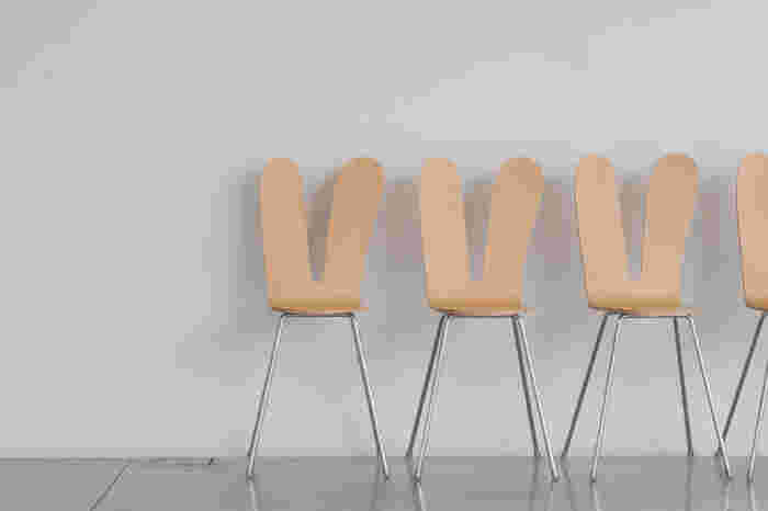 SANAA のラビットチェア。フリーハンドで描いたような左右比対称の背もたれが印象的。