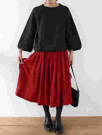 ■スカート ファニ/ルージュ 秋冬らしい暖かみのある赤がコーディネートの主役になってガーリーなスタイルに。 裾に向かってふんわりと広がるシルエットなので、レースアップシューズとの相性も抜群です。