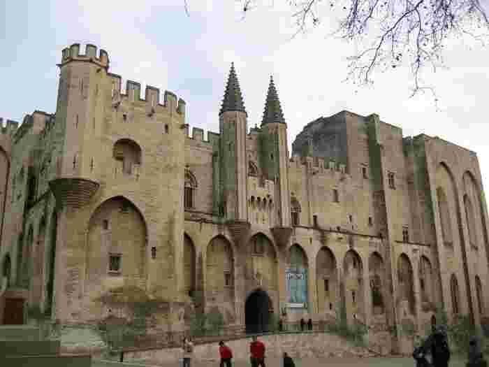 圧倒的な存在感を放っている世界遺産・法王庁宮殿は、14世紀に2人の法王が創建した巨大な宮殿です。修道士出身の一人目の法王、ベネディクト12世によって築かれた旧宮殿の部分は、地味で厳格な雰囲気です。一方で、貴族出身の二人目の法王クレメンス6世によって築かれた新宮殿の部分は、贅沢な家具や豪華なフレスコ画で飾られた豪華なものです。残念ながら、フランス革命によって、新宮殿の豪華絢爛な調度品は売られたり、破壊されたりしたため、現在はかつての繁栄を殆ど垣間見ることはできなくなっています。