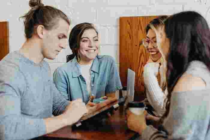 「コミュニケーションがうまく取れていれば仕事は自然と上手くいく」という考えのもとでコミュニケーションを重要視して、密に会話をし、みんなが同じ方向を向いて仕事を進められるなら、それに勝るものはないでしょう。