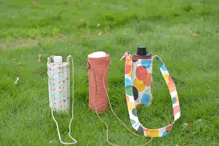 子供用の柄付きの水筒は、むき出しで持たせているとだんだんプリントが剥げてしまったり、傷がついてしまうことも。市販のカバーも売っていますが、手作りすることもできます!裏地をキルティング生地にするか、キルティング1枚で作るのがおすすめ。持ち手のないタイプの水筒も、これなら肩から下げて持ち歩けて便利です。