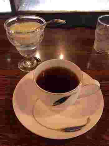 一杯ずつ丁寧に淹れられたコーヒーは、香り高くコクのある味わいです。添えられた生クリームを入れると、まろやかになって二度美味しい◎
