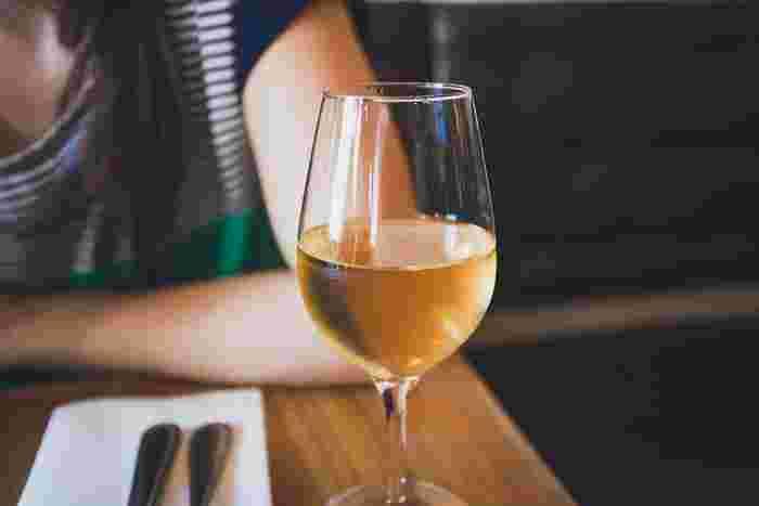 〈白ワイン〉 さっぱり味の白ワインに合うのは、お魚。また同じ食材でもしょうがやレモン、塩などの調味料を使うと白ワインにぴったりな味わいに変化します。